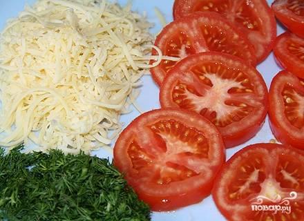 Сыр натереть на терке, помидоры порезать кружочками, зелень мелко порезать.