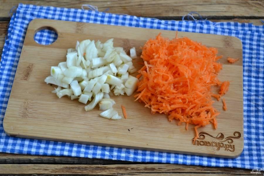 Тем временем измельчите лук, натрите на мелкой терке морковь и спассируйте их в подсолнечном масле.