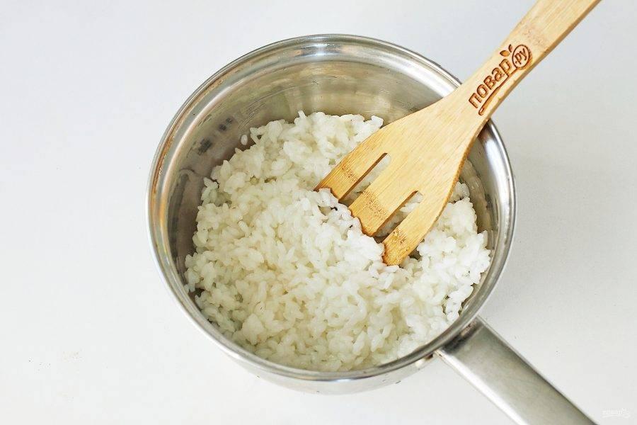 Рис отварите в подсоленной воде до полуготовности.