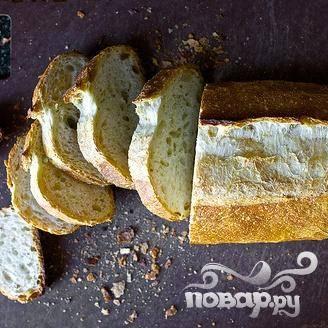 2. Нарезать хлеб на ломтики толщиной 1 см. В то время как готовится лук-порей, смазать ломтики хлеба оливковым маслом и посыпать солью. Обжарить ломтики до золотистого цвета. Вы можете сразу выложить сыр, когда тосты жарятся, или добавить его в конце.