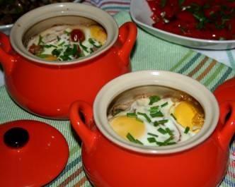 Запекаем под крышкой в разогретой до 180 градусов духовке до готовности яиц.