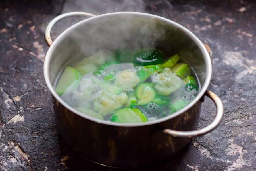 В кастрюле доведите до кипения воду, немного посолите. Переложите в кастрюлю овощи, варите 4 минуты с момента закипания.
