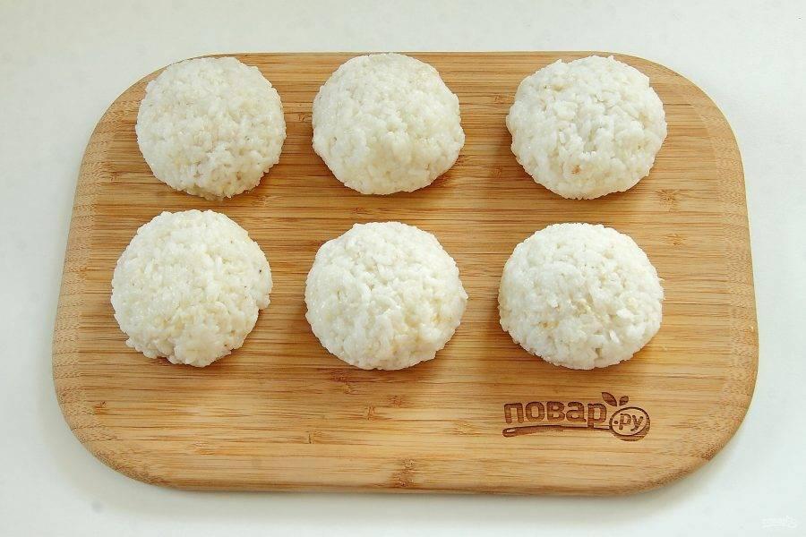 Из фарша сформируйте котлеты. Обваляйте их сначала в муке, затем в яйце, затем со всех сторон в рисе.