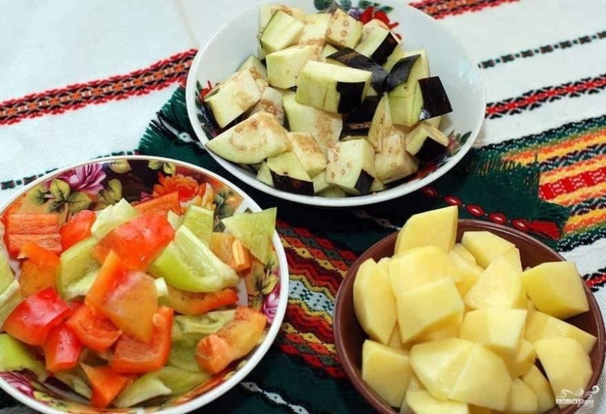 2. Нарезаем все овощи кубиками, удаляя лишние части (плодоножки, косточки, кожицу и т.д).