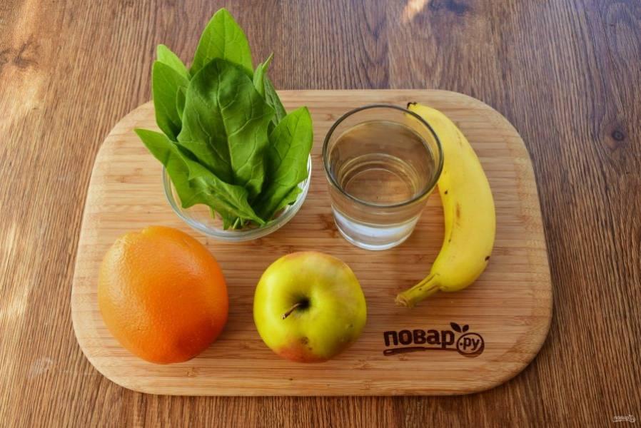 Детокс-смузи из шпината и фруктов. Шпинат и яблоко вымойте. Яблоко очистите.