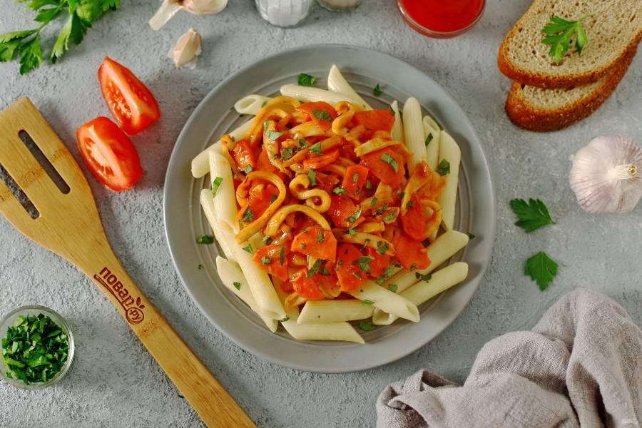 Паста с кальмарами в томатном соусе