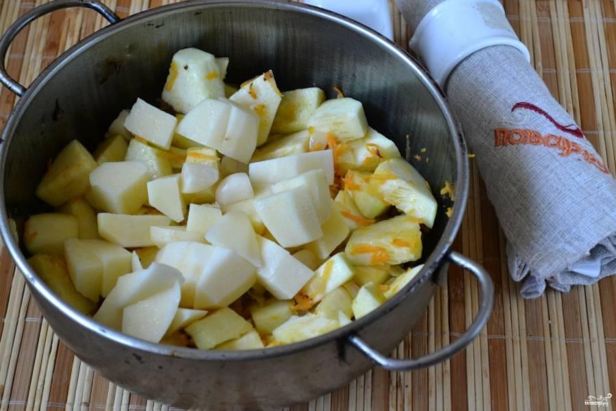 Картофель порежьте кусочками, каждый зубчик чеснока разрежьте на 4 части. Отправьте их в сотейник к остальным овощам. Добавьте соль.