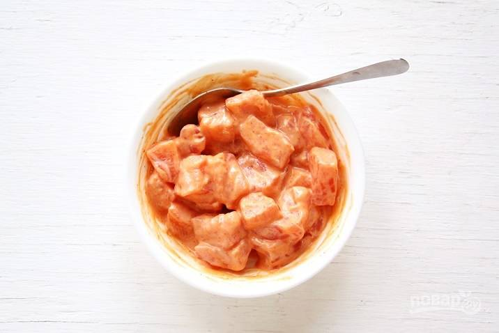 """Сделайте второй маринад. Смешайте майонез с соусом """"Шрирача"""" и солью. Перемешайте маринад с лососем. Оставьте всю рыбу в холодильник на 30 минут."""