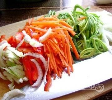 Очистите и вымойте овощи. Нарежьте их соломкой. Удобнее всего делать это при помощи специальной терки с особой насадкой. Но можно справиться и вручную, используя обыкновенный кухонный нож, хотя это займет немного больше времени.