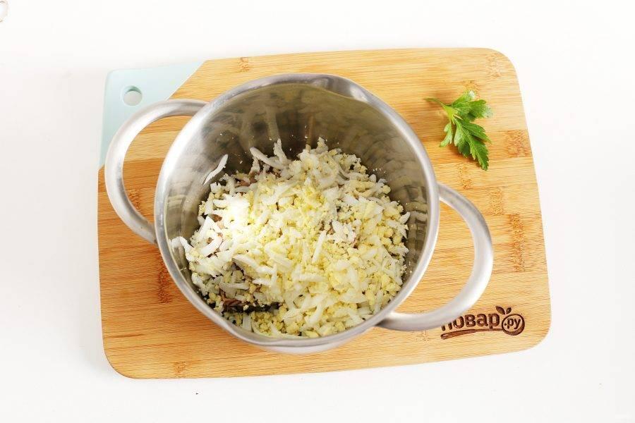 Добавьте тертые на крупной терке вареные яйца.