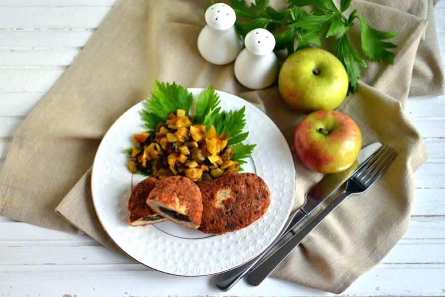 Подавайте зразы горячими с овощным гарниром и зеленью. Приятного аппетита!