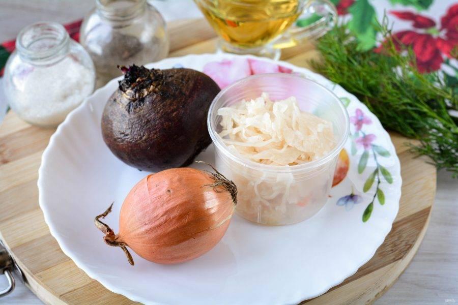 Подготовьте ингредиенты для приготовления салата из свеклы и квашеной капусты.