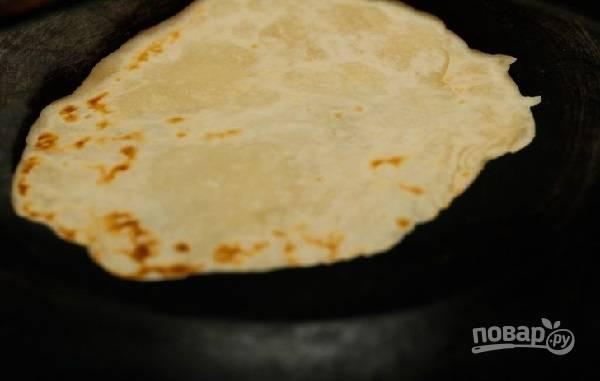 6. Выложите на сухую хорошо разогретую сковороду и жарьте на среднем огне с двух сторон до румяности. После переложите на полотенце и накройте, пока жарятся следующие.