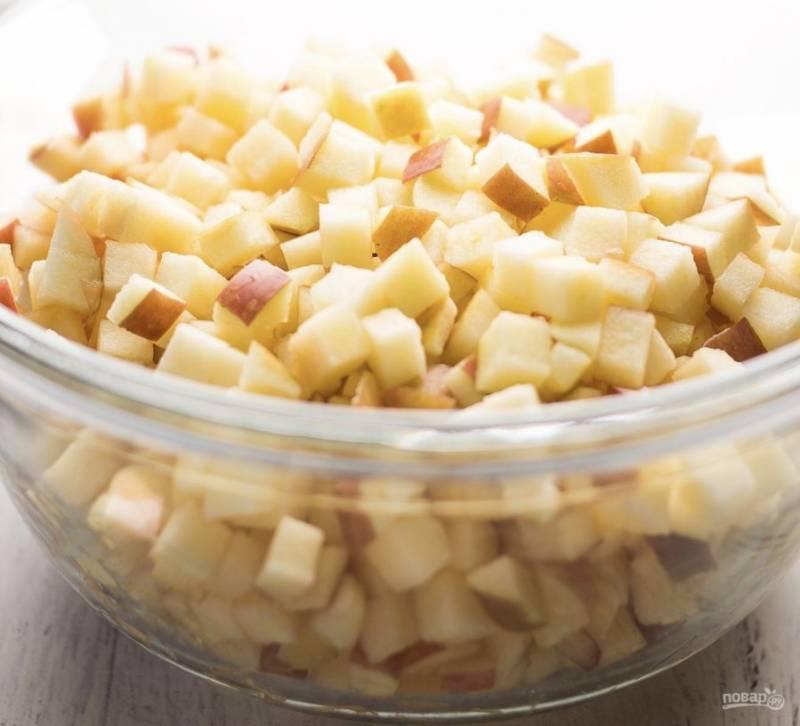 Яблоки помойте и нарежьте небольшими кубиками. Я от кожуры их не очищаю. Добавьте к ним кукурузный крахмал, корицу и мускатный орех. Перемешайте, чтобы специи с крахмалом равномерно покрыли яблоки.