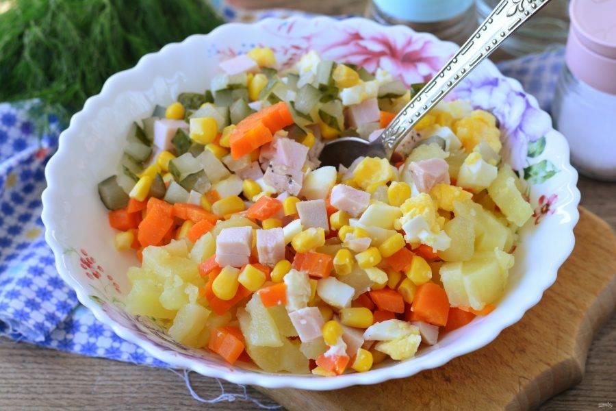 Перемешайте все нарезанные компоненты и добавьте консервированную кукурузу.