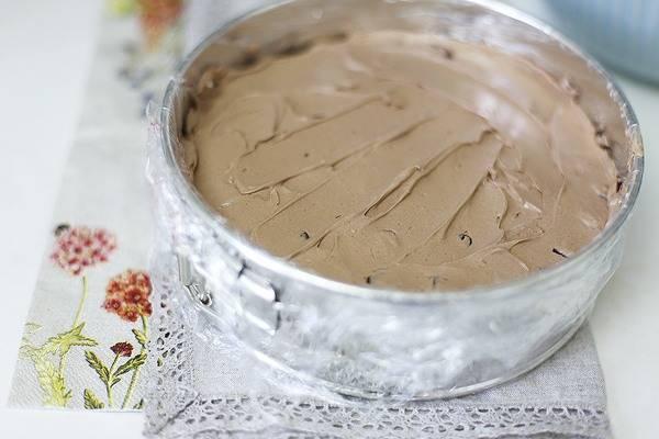 На бисквит намажьте часть крема, на него выложите вишню, а на вишню оставшегося крема.