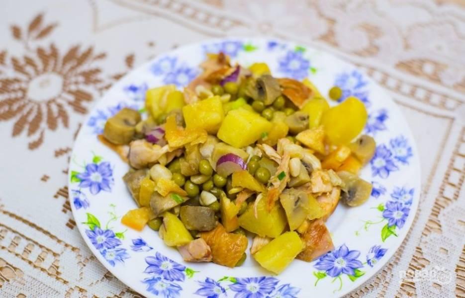 9.После выкладываю салат на блюдо и подаю к столу как сложный гарнир или самостоятельное блюдо.