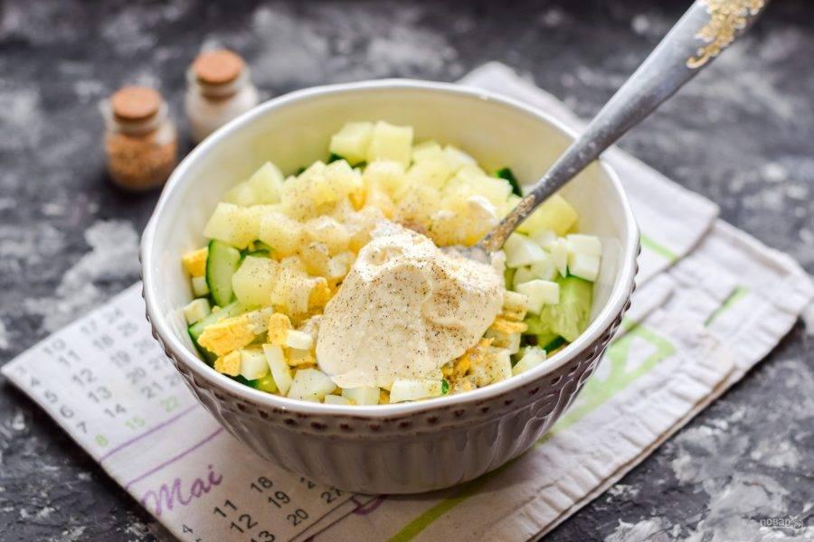 Заправьте салат майонезом, добавьте соль и молотый перец, перемешайте все и подавайте к столу!