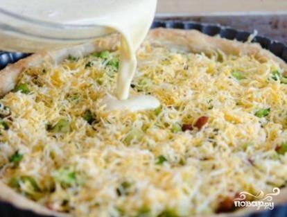 Выкладываем начинку из семги, брокколи и сыра в испеченную основу, разравниваем её и заливаем смесью сметаны и яиц. Можно сверху посыпать сыром. Выпекаем минут 30. Вынимаем пирог из формы теплым.