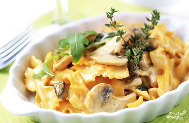 Готовую пасту разложите по тарелкам, сверху выложите соус, присыпьте тертым пармезаном и черным молотым перцем. Можно украсить веточками свежего тимьяна. Приятного аппетита!