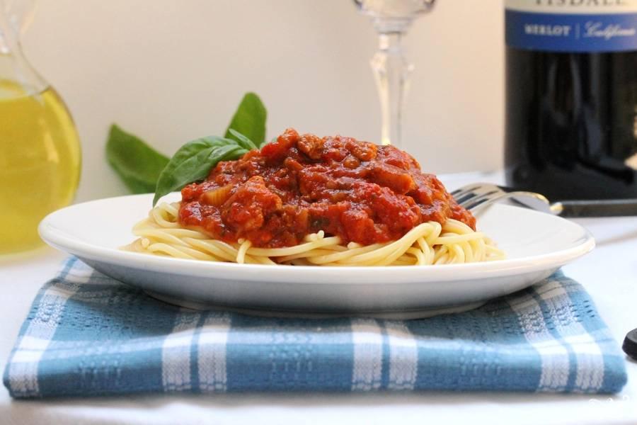 В самом конце вытаскиваем лавровый лист из томатно-мясного соуса и вкладываем его на отваренные спагетти или пасту. Желаю приятного аппетита!
