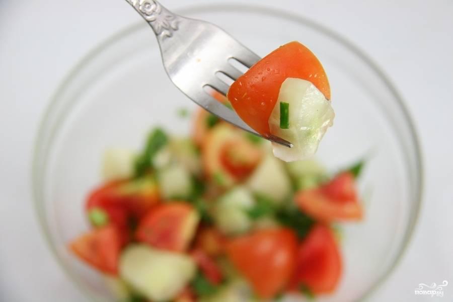 Смешайте овощи, добавьте свежую зелень и сыр. Заправьте растительным маслом, посолите и поперчите по вкусу.