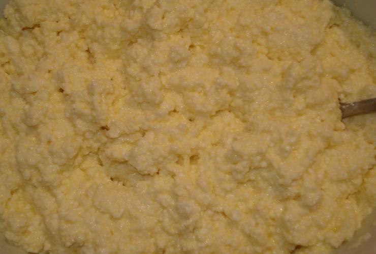 Тщательно разминаем творог руками, добавляем три яйца и перемешиваем все до однородности. Соль по вкусу — и начинка готова.