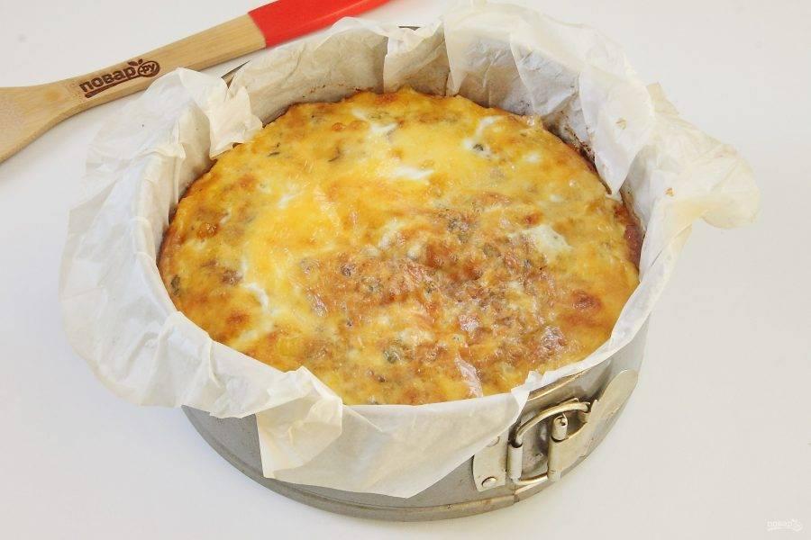 15. Выпекайте пирог при 180 градусах до образования румяной корочки сверху.