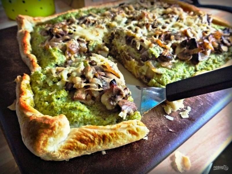 Готовый слоеный пирог с брокколи и грибами подавать можете со сметаной. Приятного аппетита!