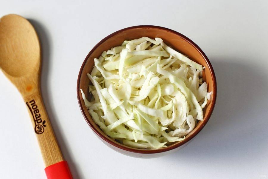 В кипящую воду добавьте тонко нашинкованную капусту.