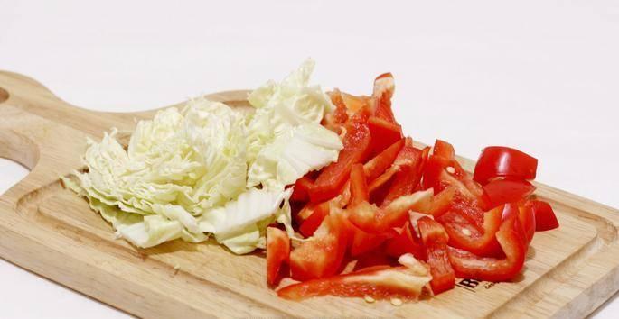 2. Нарезаем лук и овощи. Для начала, следует обжарить мясо, а пока оно томится на сковороде, можно подготовить все овощи.