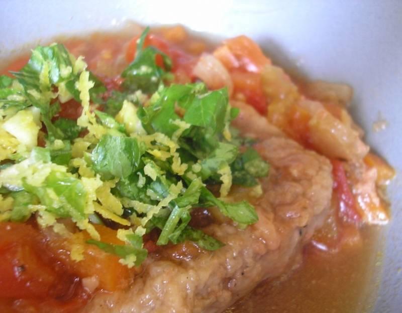 Готовьте в духовке (200 градусов) до мягкости мяса. Подавайте к столу с зеленью, цедрой и петрушкой. Приятного аппетита!