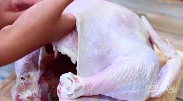 Из индейки вытащите внутренности. Аккуратно отделите кожу от мяса в районе отверстия.