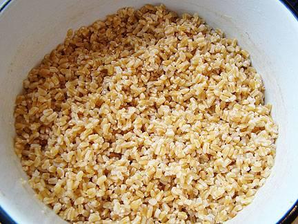 Утром пшеницу в той же воде довести до кипения и варить до готовности, но не менее 30 минут. Промыть в холодной воде, воду слить или вынуть пшеницу шумовкой.