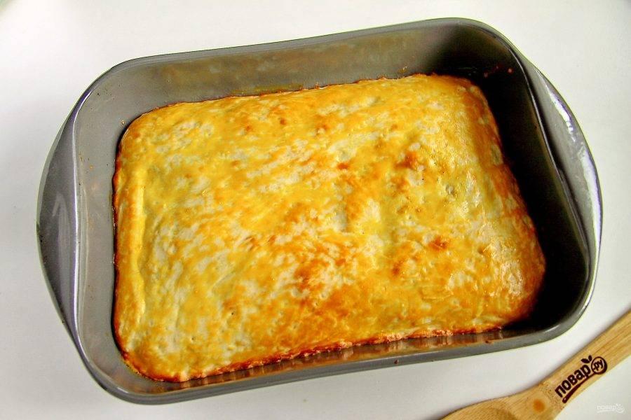 Пирог с щавелем на кефире будет готов, как только верх подрумянится. Дайте пирогу остыть и после этого нарезайте на порции и подавайте к столу.