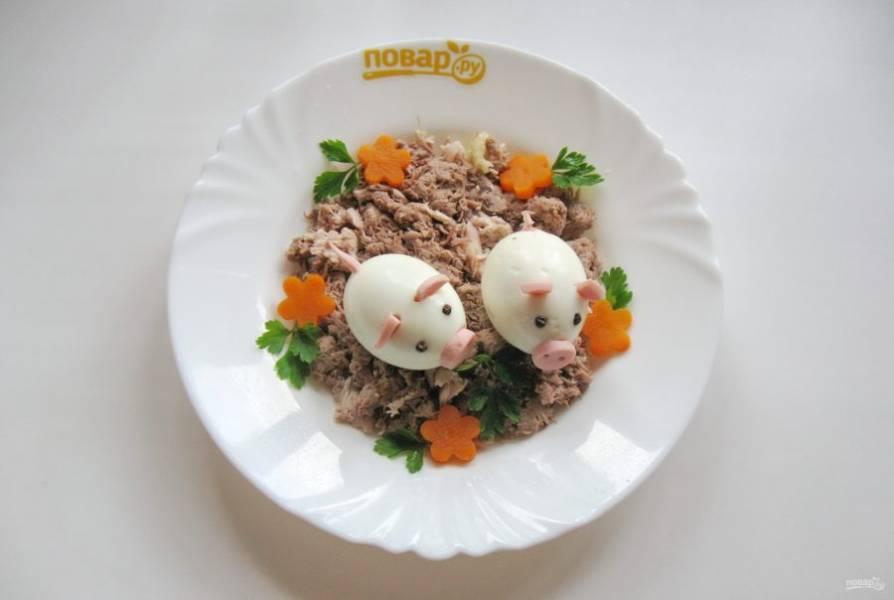 Соберите поросят с помощью зубочистки и выложите на мясо в тарелки. Украсьте холодец цветочками и петрушкой.