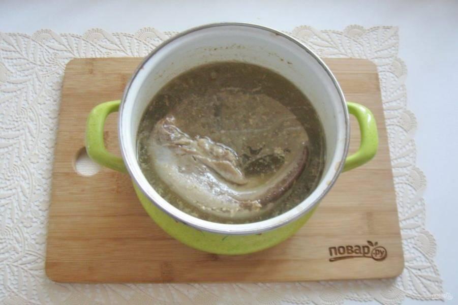 Залейте язык свежей водой. Поставьте на плиту, доведите до кипения. Посолите по вкусу, добавьте лавровый лист, перец черный горошком и варите язык до готовности 2-2,5 часа.