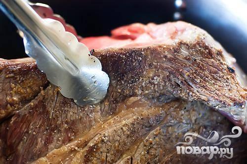 4. Выложить мясо в кастрюлю и обжарить  его около минуты со всех сторон. Выложить мясо на блюдо.