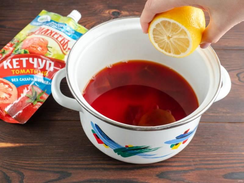 Следом сок лимона и посолите по вкусу. Варите бульон ещё 1-2 минуты. Накройте крышкой и оставьте настаиваться, пока приготовим гренки.