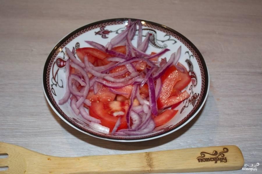Соедините в мисочке нарезанные помидоры и промариновавшийся красный лук.