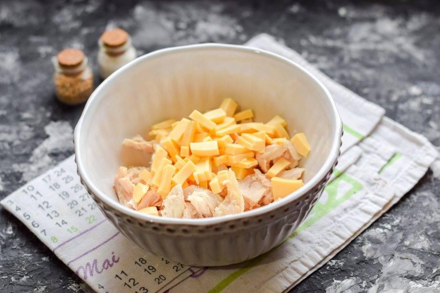 Твердый сыр нарежьте небольшими кубиками и добавьте к курице.