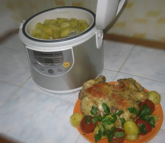 """3. После этого можно отправлять ее в мультиварку и выставить режим """"выпечка"""". После сорока минут нужно будет слить жидкость, перевернуть курицу и готовить еще сорок минут.  К ней отлично подойдет запеченный или отварной картофель. Я делала его также в мультиварке и добавляла лук. Вы можете в качестве гарнира выбрать любую крупу, картофель или макаронные изделия, а также обычные свежие овощи.  Мед придает золотистости, а приправы хорошенько промаринуют птицу."""