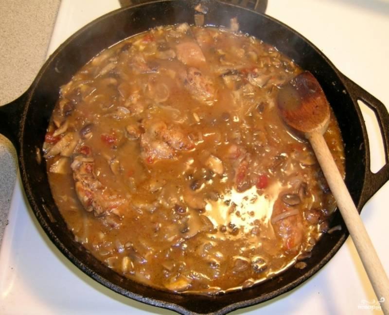 Тушите час-полтора, мясо должно стать мягким и легко отделяться от костей.