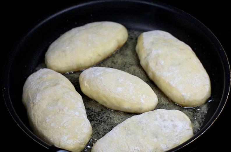 10. На сковороду налить растительное масло и хорошо его прогреть. Пирожки отправлять на сковороду швом вниз.