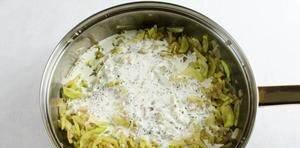 Залить тушеные овощи сливками с пряностями. Перемешать. Тушить, помешивая, до загустения в течение 5-7 минут.