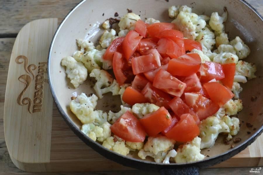 На сковороде хорошенько разогрейте подсолнечное масло, всыпьте горсть любимых пряностей. Прогрейте их, чтобы появился яркий аромат. Затем добавьте цветную капусту, обжарьте ее до легкого золотистого оттенка. После этого отправьте в сковороду помидоры, посолите и жарьте на медленном огне, пока помидоры не пустят сок.