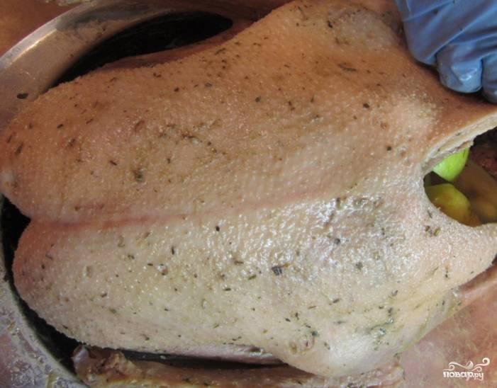2. Теперь заполняем гуся изнутри кусочками яблок и картошки. Режем картошку мельче - она готовится дольше. чем яблоки. а так время на готовку сравняется. натираем гуся и внутри, и снаружи солью и специями. Зашиваем брюшко.