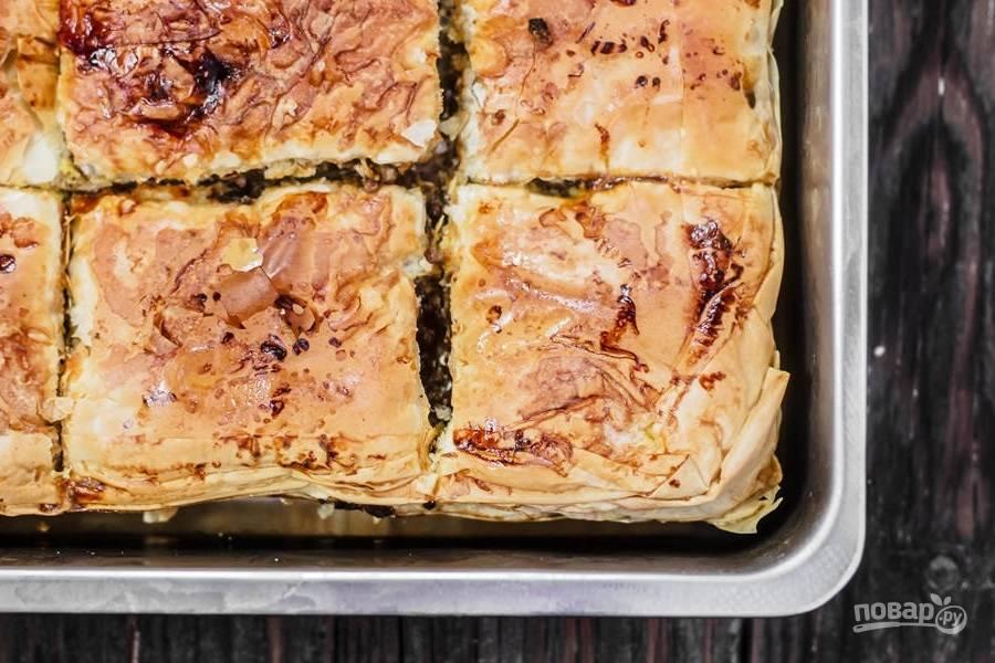 7.Разогрейте духовку до 180-200 градусов и отправьте в нее пирог. Запекайте мясной пирог около 45-60 минут, затем удалите из формы и немного остудите (пирог мягкий, а если доставать его сразу, то он распадется).