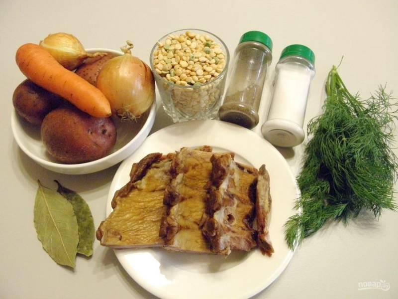 1. Приготовьте продукты для супа. Чаще всего можно увидеть в продаже свиные ребрышки копченые, именно с ними я буду варить суп. Приступим.