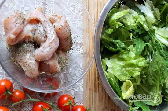 Куриную грудку нарезаем на длинные ломтики. Посыпаем солью, перцем и ароматными травами. Добавим ложку масла и лимонный сок, оставим минут на 15.